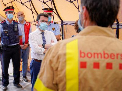 El president Aragonès durant la seva visita al centre de comandament de l'incendi de Llançà (Foto: Arnau Carbonell)