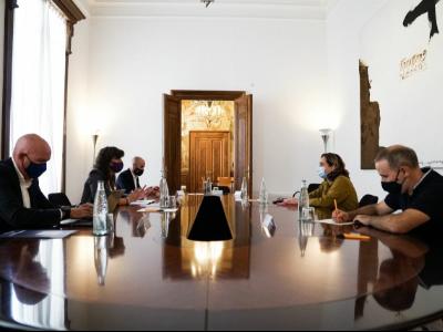 Moment de la trobada entre l'alcaldessa Ada Colau i la consellera Teresa Jordà