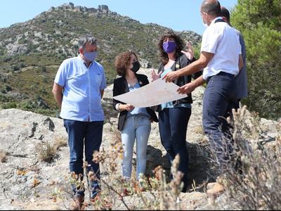 La consellera Jordà, durant la visita per avaluar l'impacte de l'incendi forestal de Llançà