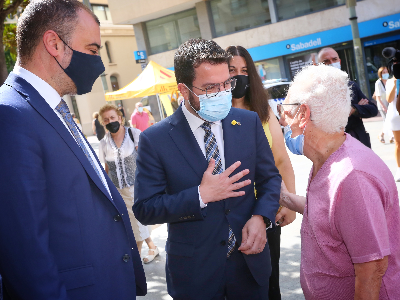El president Aragonès i l'alcalde de Terrassa saluden una veïna (foto: Jordi Bedmar)