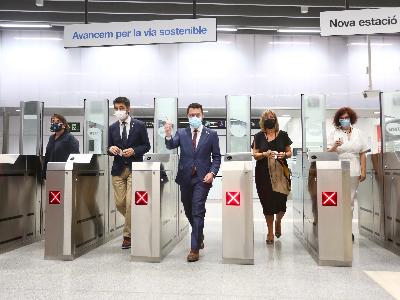 El president valida el bitllet de metro