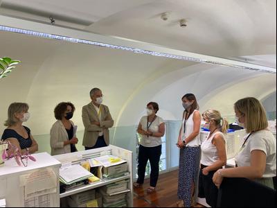 La delegada, Laia Cañigueral, i el director territorial Jordi Martinoy, durant la visita als Serveis Territorials d'Interior a Girona