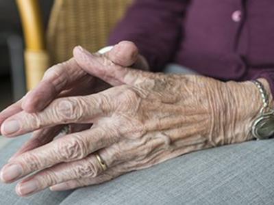 Pla tancat de les mans d'uan dona gran
