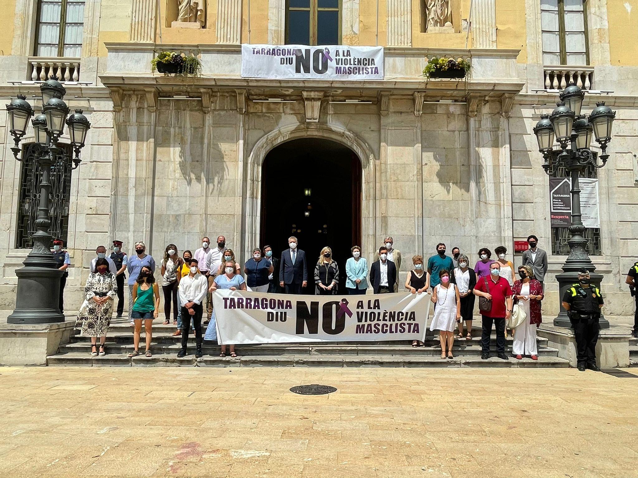 La consellera Cervera participa a la concentració per condemnar feminicidi