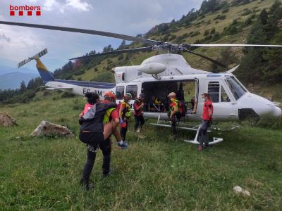 Imatge del rescat d'una dona lesionada al turmell a la Serra de Montgroy, avui 7 d'agost de 2021