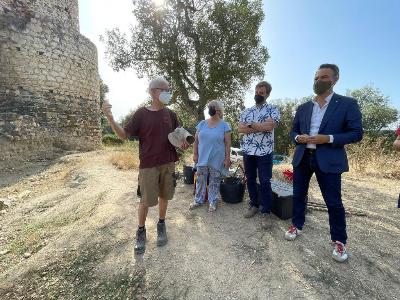 El secretari d'Infància, Adolescència i Joventut, Alexis Serra, ha visitat el camp de treball d'arqueologia del Castell de Sant Iscle a Vidreres