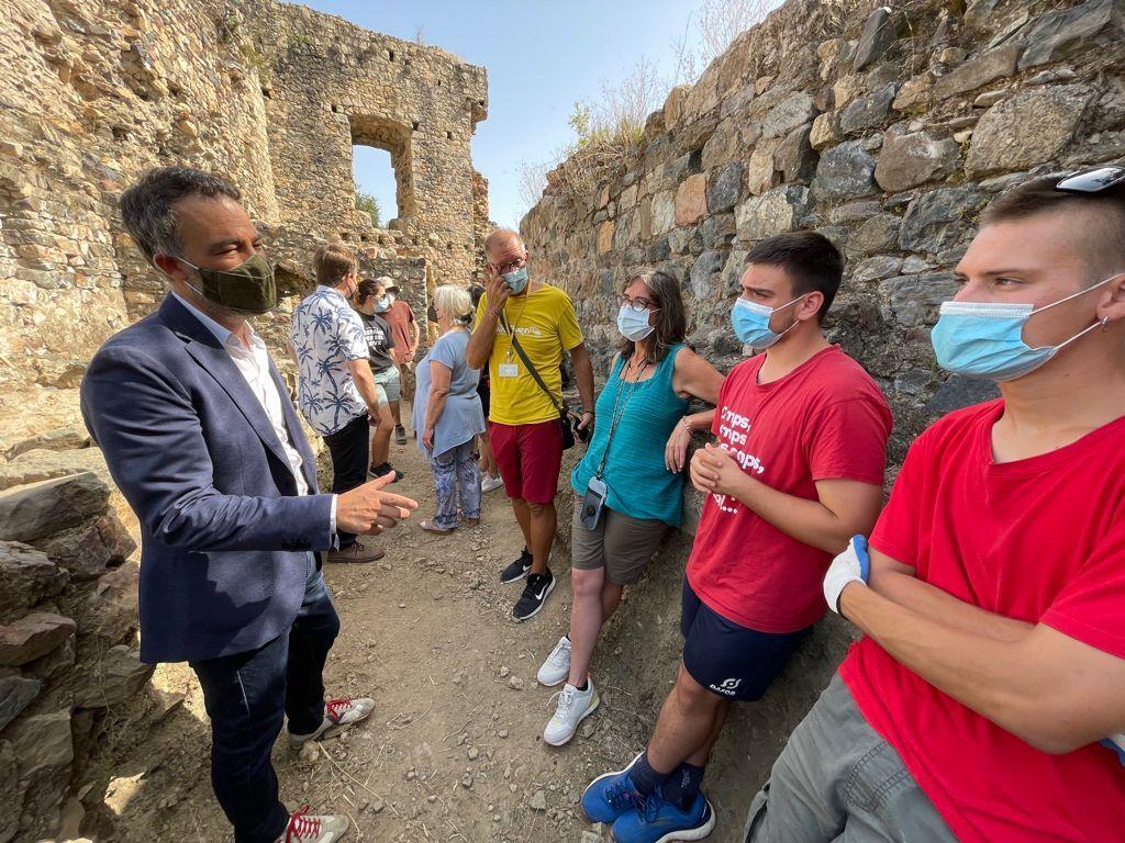 El secretari d'Infància, Adolescència i Joventut ha visitat el camp de treball d'arqueologia del Castell de Sant Iscle a Vidreres