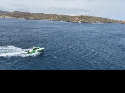 Embarcació dels Agents Rurals fent tasques de patrullatge pel litotal del Parc