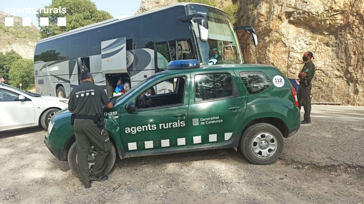 Agents Rurals, denunciant dos autocars que realitzaven activitats en grups a la platgeta de Camarasa on estava activat el nivell 3 del Pla Alfa.