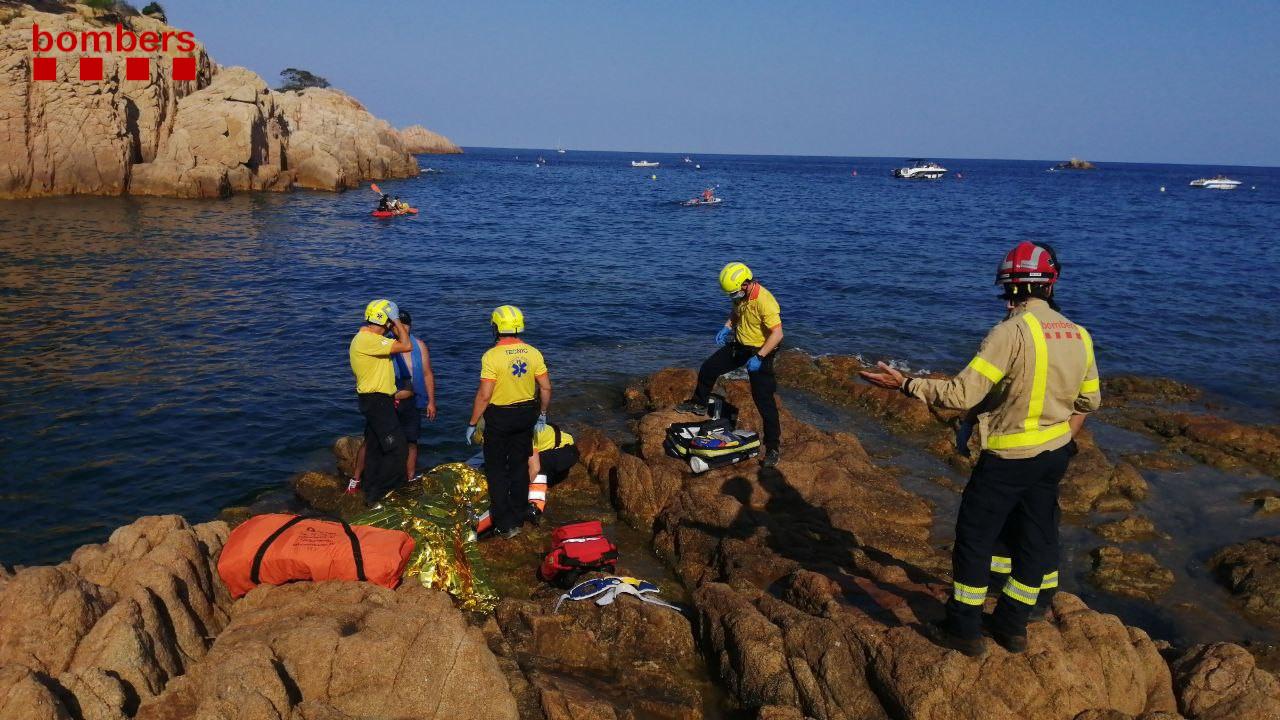 Efectius de rescat amb la noia accidentada aquesta tarda a la Cala del Molí, a Sant Feliu de Guíxols