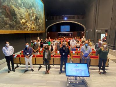 La delegada del Govern a Girona, Laia Cañigueral i el director dels ST d'Educació, Adam Manyé, amb els responsables de les àrees dels serveis territorials i els nous directors i directores dels centres educatius, durant l'acte de benvinguda