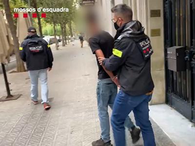 Els Mossos detenen tres homes que van agredir violentament un grup de joves a l'exterior d'una discoteca de l'Eixample al mes de juny