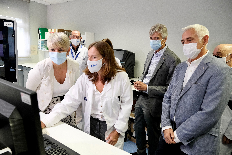 Un moment de la visita dels consellers al laboratori.