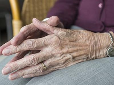 Detall de els mans d'una dona gran