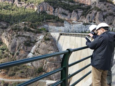 Tècnics inspeccionant la presa de la Llosa del Cavall (Solsonès)
