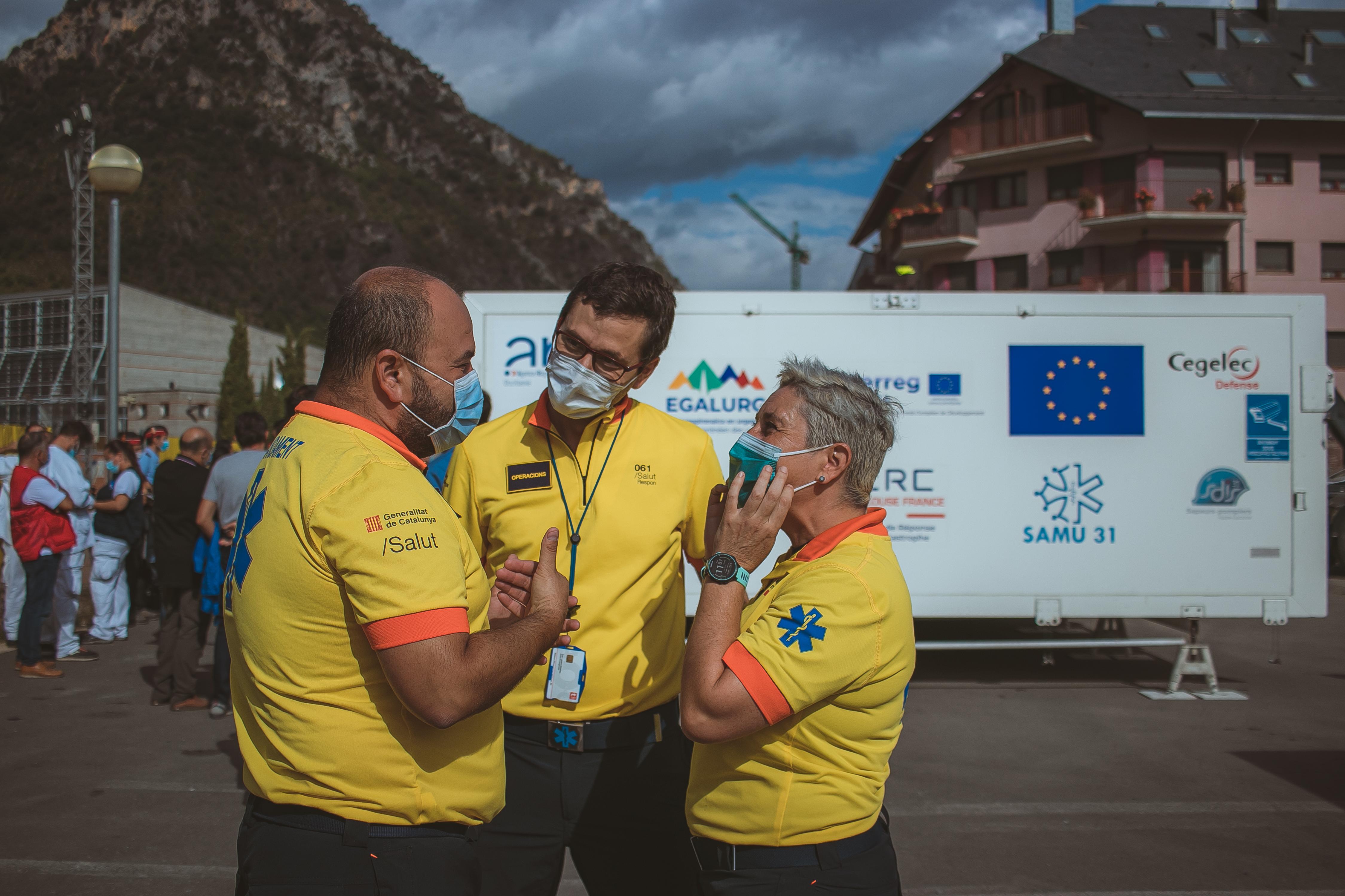 Professionals del SEM, davant una unitat mòbil d'emergències UMPEO (Unitat Mòbil Polivalent Europa Occitània) a El Pont de Suert. FOTO; SEM (Xavi Blanco)