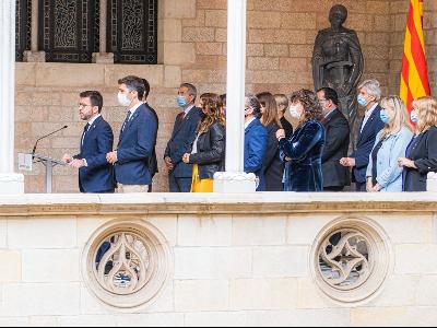 El president, acompanyat del Govern, durant la compareixença