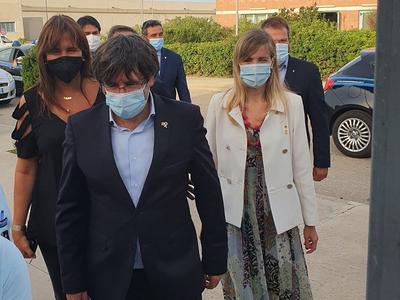 El president Puigdemont, sortint de la presó de Bancari, acompanyat de Borràs, Alsina i Figueras.