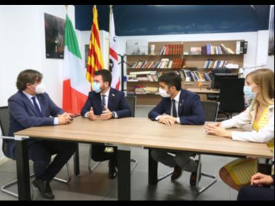 El president Aragonès, el vicepresident Puigneró i la consellera Alsina, durant la reunió amb el president Puigdemont. Autor: Jordi Bedmar