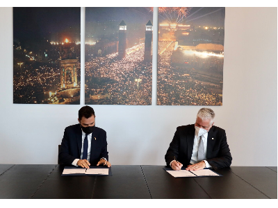 El conseller Roger Torrent, i el CEO i president de la IAAPA, Hal McEvoy, en l'acte de signatura