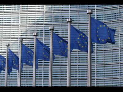 Banderes de la UE a l'edifici Berlaymont de CE. Foto de Guillaume Périgois (Unplash)