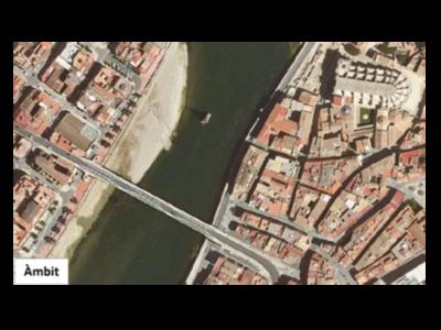 Vista aèria del monument franquista i de la pilastra que es reutilitzaria per al nou pont.