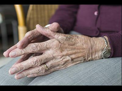 Primer pla de les mans d'una dona gran