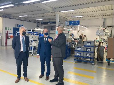El secretari d'Empresa i Competitivitat, Albert Castellanos, durant la visita a la planta