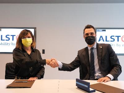 Cristina Andériz i el conseller Torrent encaixen les mans després de la signatura del conveni