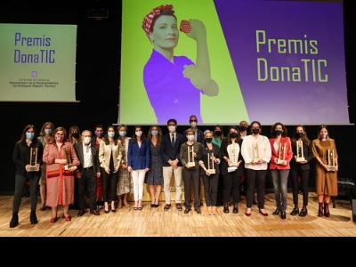 El vicepresident Puigneró amb les guardonades dels Premis DonaTIC2021